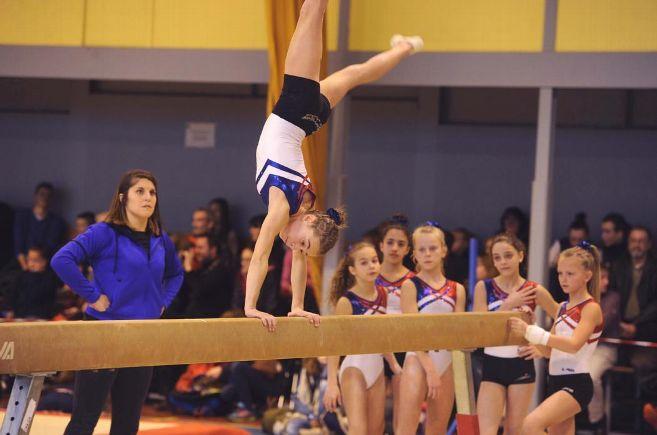 Une jeune gymnaste