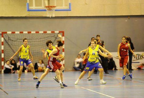 Un match de basket avec une joueuse qui attaque