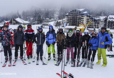 Des skieurs sous la neige