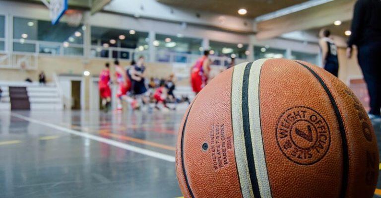 Un ballon de basket sur un terrain