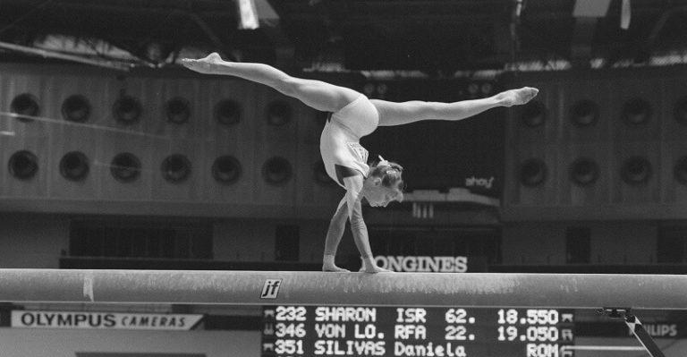 Une gymnaste sur une poutre dans une compétition