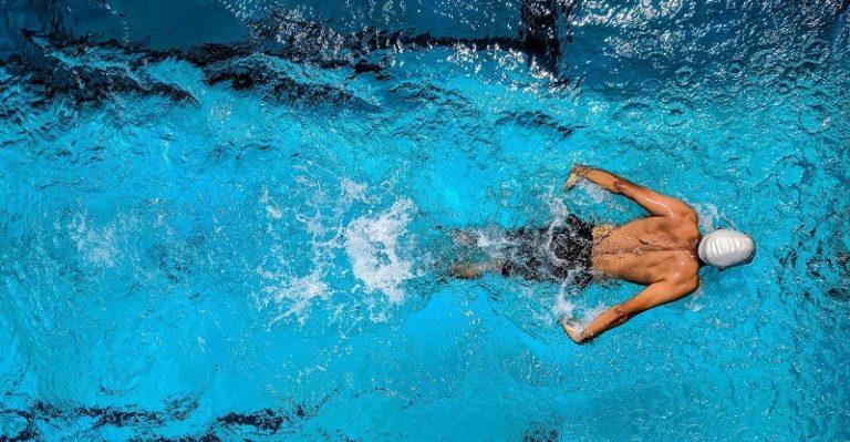 Un nageur seul dans une bassin